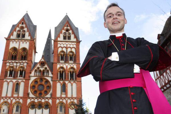 Este obispo si que hace gala de su voto de probreza